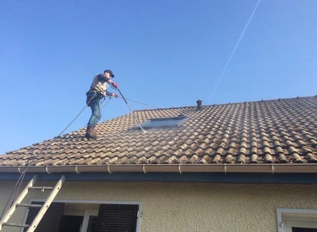 Image Couvreur nettoyant une toiture